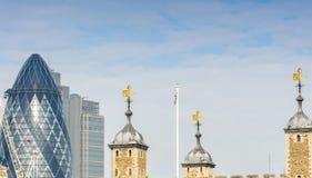 Torre di Londra con l'orizzonte moderno della città su fondo immagini stock libere da diritti