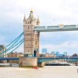 torre di Londra nel ponte dell'Inghilterra e nel cielo nuvoloso Immagini Stock Libere da Diritti