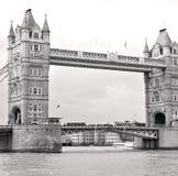 torre di Londra nel vecchio ponte dell'Inghilterra e nel cielo nuvoloso Immagine Stock