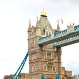 torre di Londra nel vecchio ponte dell'Inghilterra e nel cielo nuvoloso Immagini Stock
