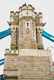 torre di Londra nel vecchio ponte dell'Inghilterra e nel cielo nuvoloso Fotografia Stock Libera da Diritti