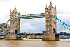 torre di Londra nel vecchio ponte dell'Inghilterra e nel cielo nuvoloso Fotografia Stock