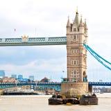 torre di Londra nel vecchio ponte dell'Inghilterra e nel cielo nuvoloso Immagini Stock Libere da Diritti