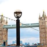 torre di Londra nel vecchio ponte dell'Inghilterra e nel cielo nuvoloso Fotografie Stock
