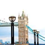 torre di Londra nel vecchio ponte della terra inglese e nel cielo nuvoloso Immagine Stock Libera da Diritti