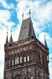 Torre di Mesto di sguardo fisso della torre del ponte di Città Vecchia vicino a Charles Bridge Karluv Most a Praga, repubblica Ce immagini stock libere da diritti