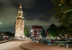 Torre di Montelbaans (Montelbaanstoren) nella notte Amsterdam, Paesi Bassi fotografie stock libere da diritti