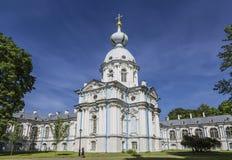 Torre di nordest del monastero di Smolny a St Petersburg Chiesa di Catherine alla casa del ` s della vedova St Petersburg Fotografia Stock