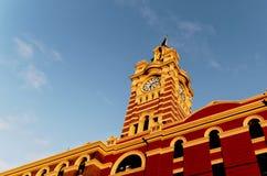 Torre di orologio alla stazione ferroviaria della via del Flinders fotografie stock
