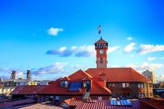 Torre di orologio complessa della costruzione del trasporto del treno della stazione del sindacato fotografia stock