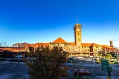 Torre di orologio complessa della costruzione del trasporto del treno della stazione del sindacato fotografia stock libera da diritti