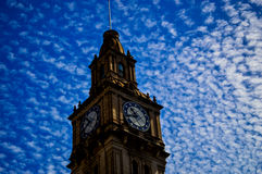 Torre di orologio contro cielo blu a Melbourne Immagine Stock Libera da Diritti
