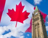 Torre di orologio del Parlamento di Ottawa con la bandiera in cielo Fotografia Stock