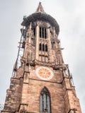 Torre di orologio della cattedrale della cattedrale di Friburgo Immagine Stock Libera da Diritti
