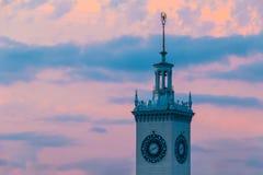 Torre di orologio della stazione ferroviaria di Soci al tramonto Fotografia Stock