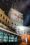 Torre di orologio di Sighisoara nell'inverno fotografie stock