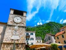 Torre di orologio medievale in Cattaro in un bello giorno di estate Fotografia Stock Libera da Diritti