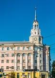 Torre di orologio nel centro urbano di Voronež, Russia fotografia stock