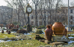 Torre di orologio nel parco di Cismigiu, Bucarest, durante la stagione invernale Fotografia Stock