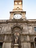 Torre di orologio di Palazzo Giureconsulti a Milano fotografia stock