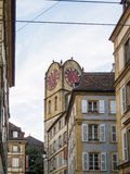 Torre di orologio storica su costruzione nella città Fotografia Stock