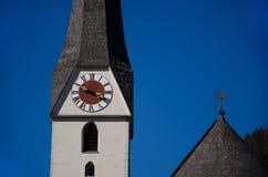 Torre di orologio su una chiesa con cielo blu fotografia stock