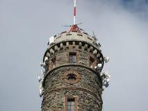 Torre di osservazione con tecnologia di telecomunicazioni Immagine Stock Libera da Diritti