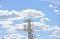Torre di osservazione di colore bianco contro il cielo blu Fotografia Stock