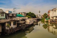 Torre di osservazione di Samut Prakarn con il canale e villaggio nel foregr Immagini Stock Libere da Diritti