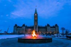 Torre di pace e fiamma centennale Ottawa, Canada immagini stock libere da diritti
