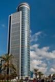 Torre di palazzo multipiano nella città Fotografia Stock Libera da Diritti