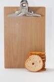 Torre di pane tostato tostato croccante e del bordo di legno immagini stock libere da diritti
