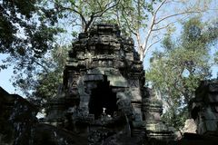 Torre di pietra antica di un complesso abbandonato del tempio in Sud-est asiatico Patrimonio architettonico dell'impero khmer fotografie stock libere da diritti