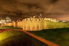 Torre di pietra medievale a Londra alla notte, Regno Unito Fotografia Stock Libera da Diritti