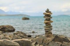 Torre di pietra minuscola sul lago Fotografia Stock Libera da Diritti