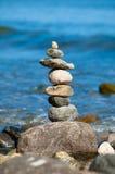 Torre di pietra su un Pebble Beach Fotografie Stock Libere da Diritti
