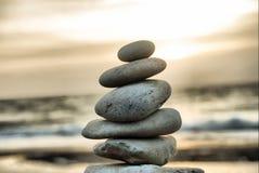 Torre di pietra sulla spiaggia fotografie stock libere da diritti