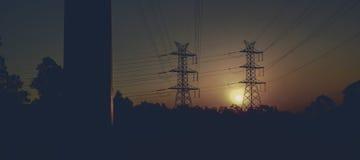 Torre di potere ad alta tensione al tramonto Fotografia Stock