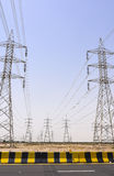 Torre di potere alta accanto all'autostrada Fotografie Stock Libere da Diritti