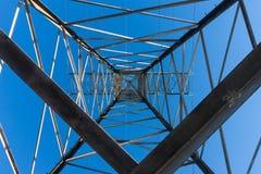 Torre di potere che porta le linee ad alta tensione Immagine Stock