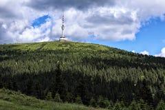 Torre di radiodiffusione sull'più alta collina Praded di Moravian Fotografia Stock Libera da Diritti