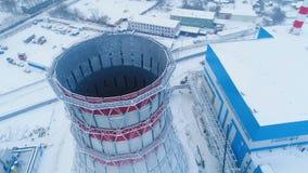 Torre di raffreddamento in carcassa del metallo contro la fabbrica di inverno video d archivio