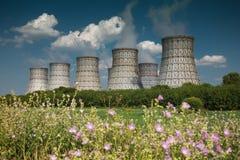 Torre di raffreddamento di una centrale atomica immagine stock