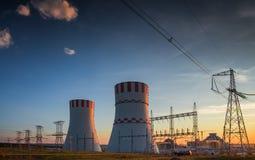 Torre di raffreddamento di una centrale atomica immagine stock libera da diritti