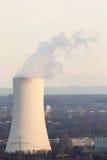 Torre di raffreddamento di una centrale elettrica del carbone sul sole di sera immagini stock