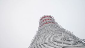 Torre di raffreddamento e camini con vapore contro il cielo video d archivio