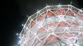 Torre di raffreddamento moderna in carcassa del metallo a luce principale luminosa video d archivio