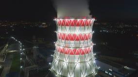 Torre di raffreddamento di vista aerea in carcassa del metallo con vapore bianco archivi video