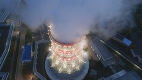 Torre di raffreddamento di vista di occhio di uccello con il vapore di aumento alla stazione stock footage