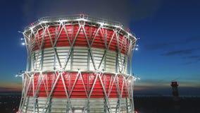 Torre di raffreddamento di vista di occhio di uccello a luce ed all'alba principali sopra la città video d archivio